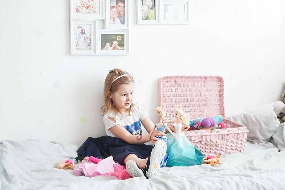 barbie, dziewczynka z barbie, prezent na dzień dziecka, zabawki dla pięciolatki, janod, kołyska, krzesełko dla lalki, baby annabelle