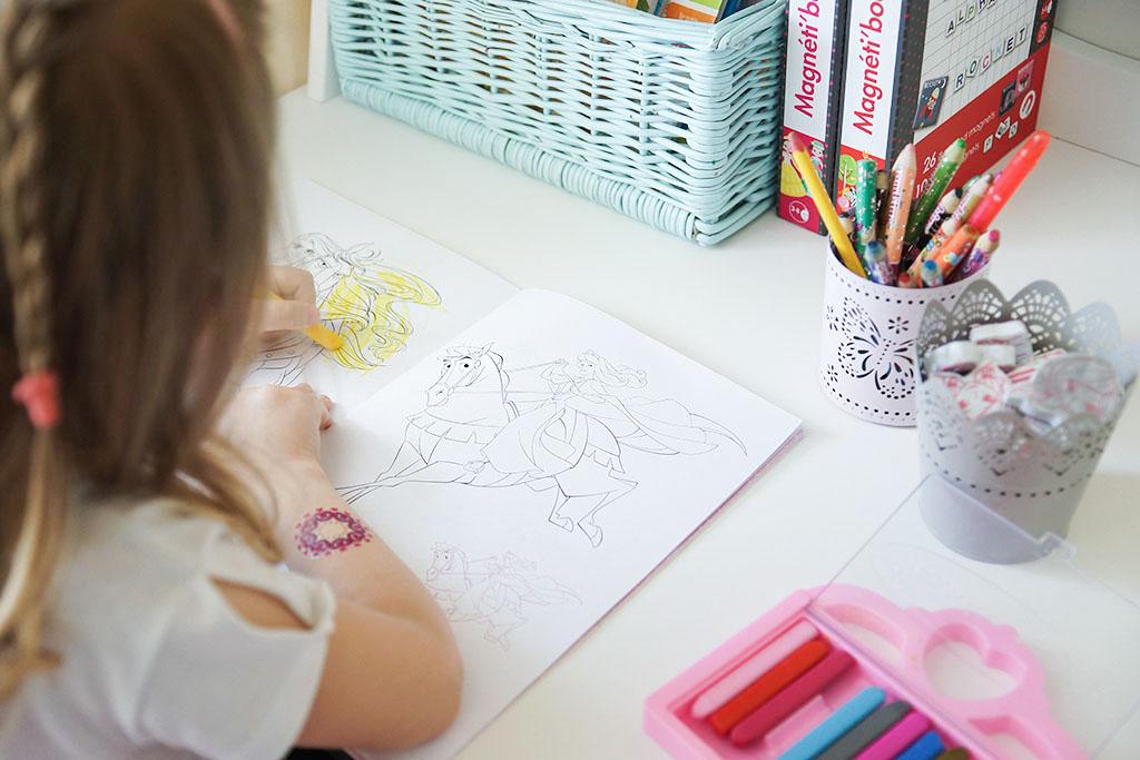 kolorowanka, dziewczynka z kredkami, prezent na dzień dziecka, zabawki dla pięciolatki