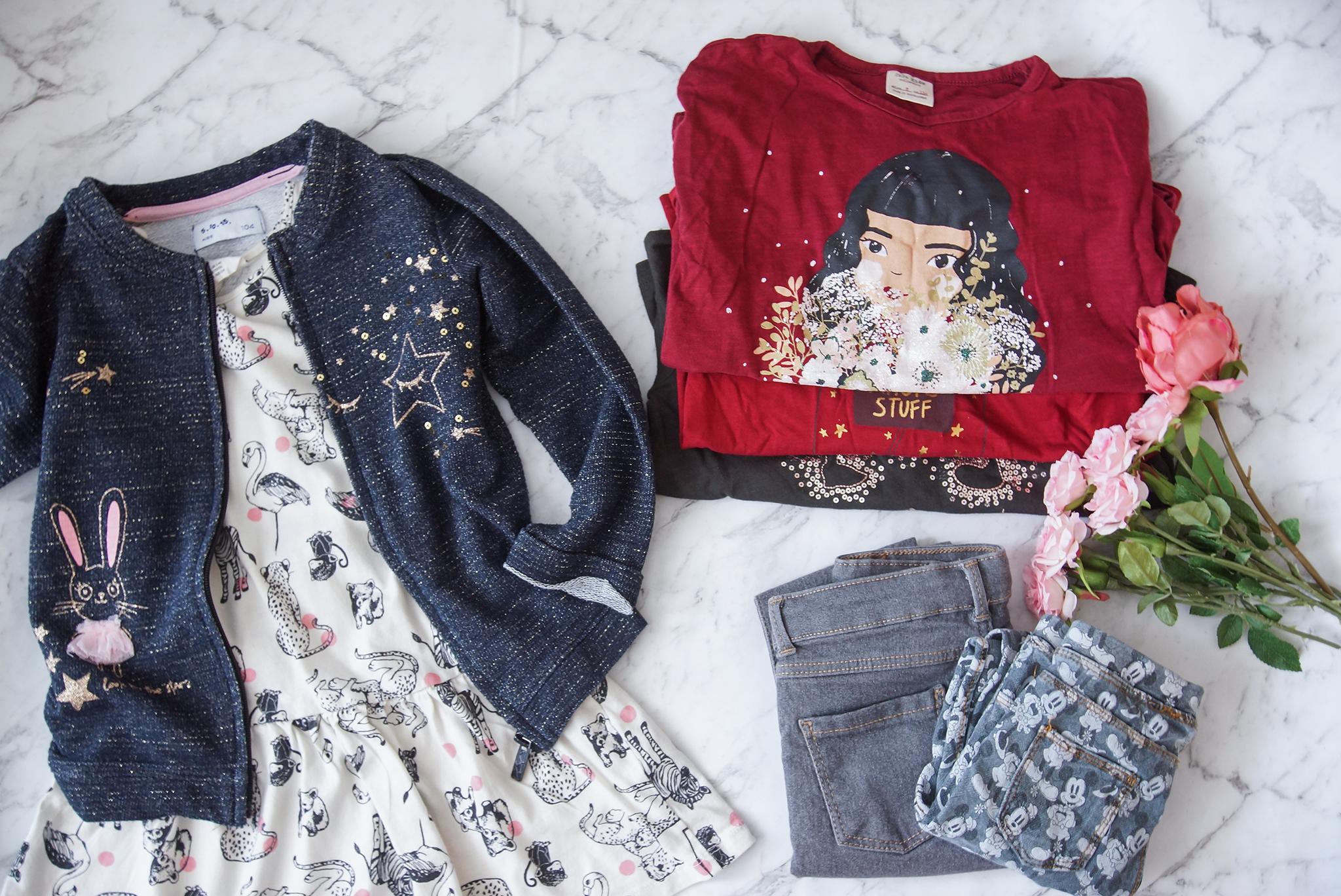 eabc38a5ceca5d 12 kompletów + z 2-3 koszulki, 2 pary legginsów, 3 sukienki, rozpinana  bluza z i bez kaptura, 2 sweterki (ale jak już zakłada to raczej tylko 1) i  z 2-3 ...