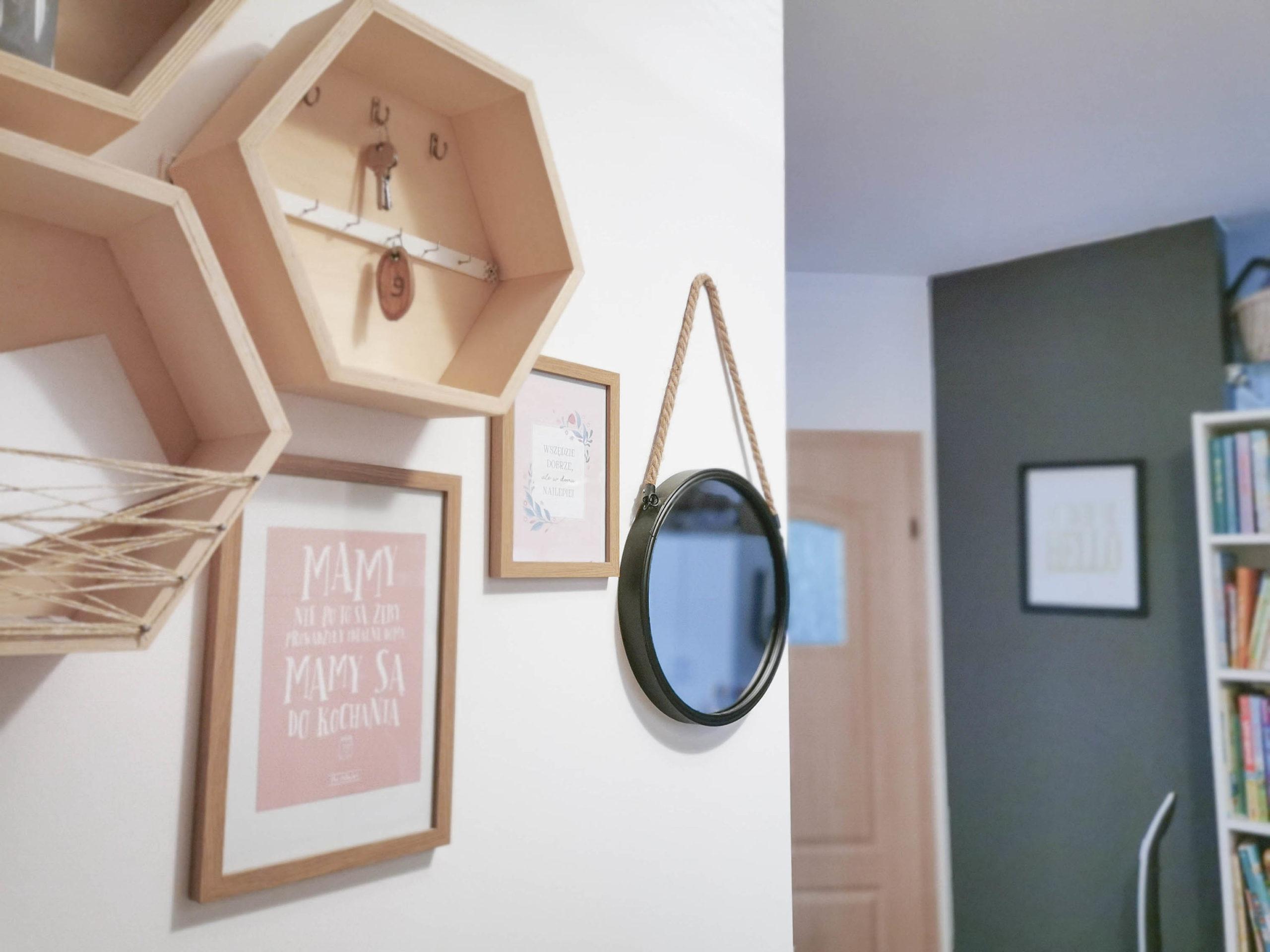 półki w małym przedpokoju, lustro na sznurku