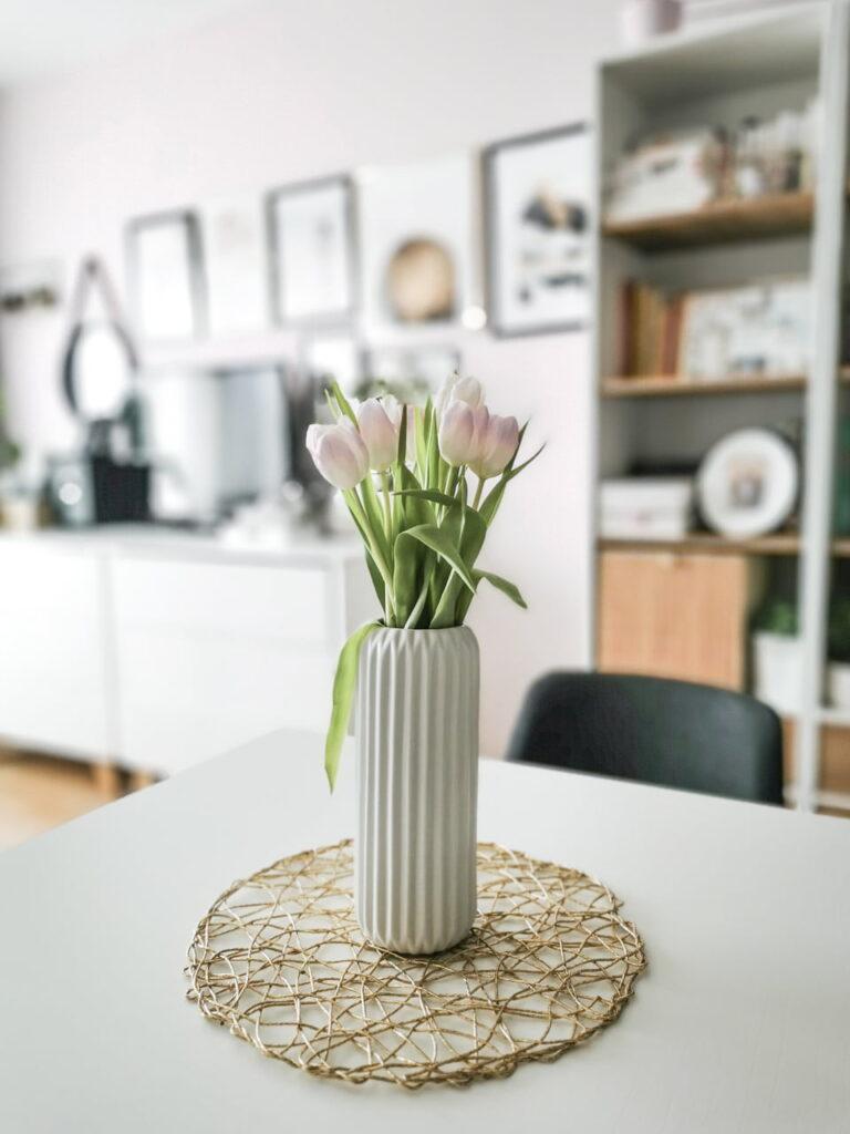 Salon z jadanią w małym mieszkaniu